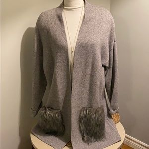 Oversized Forever 21 knit grey sweater with fur